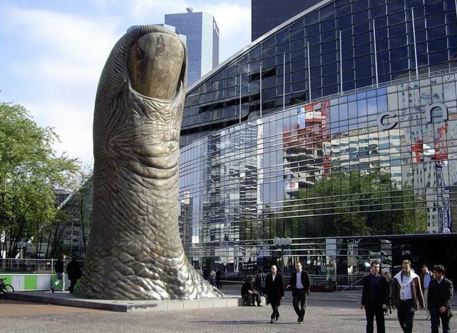 Statue les plus bizarres de Paris - Le Pouce