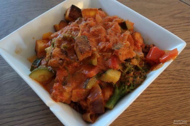 Rode curry met broccoli, paprika, courgette, tofu en rijst (Le petit requin)