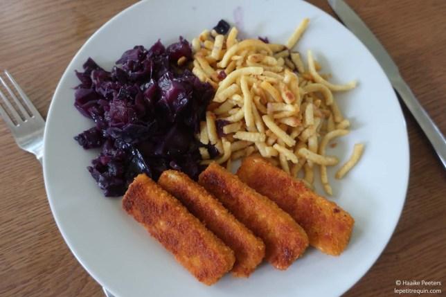 Rode kool met vegan fishsticks en spätzli (Le petit requin)