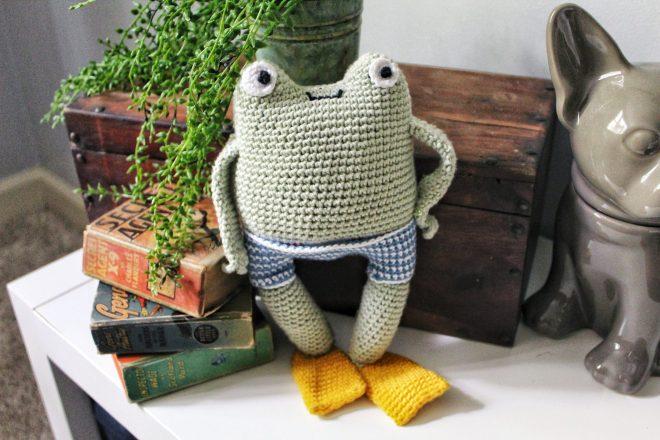 Amigurumi frog with hand on his hip.