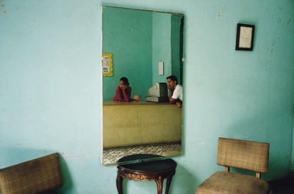 un miroir reflète deux personnes qui attendent