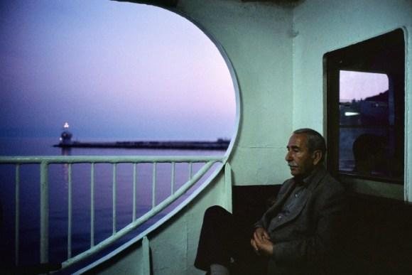 un vieil homme est assis dans un ferry
