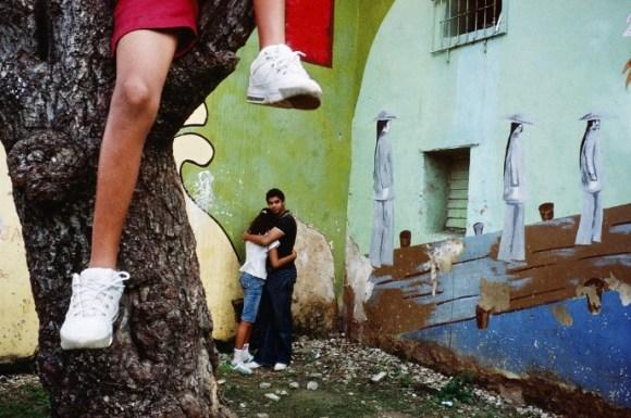 Un enfant est assis sur une branche au-dessus d'un couple
