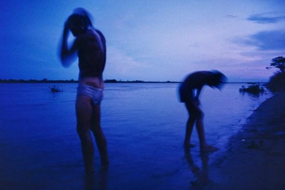 Deux enfants se baignent en fin de soirée