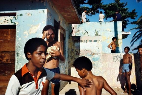 Des enfants jouent dans la rue