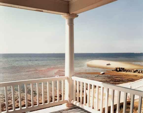 Joel Meyerowitz : porche et bateau isolé