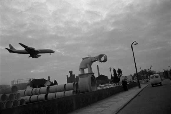 un avion vole près d'un édifice en forme d'éléphant