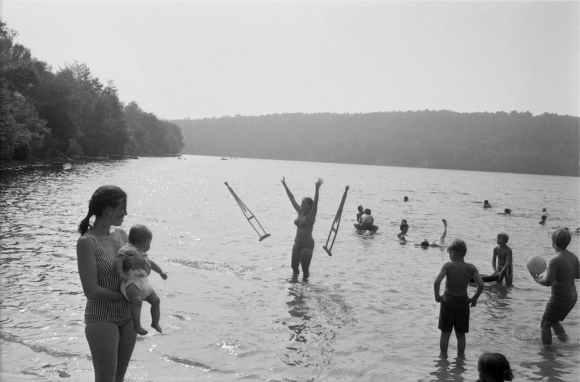 meyerowitz : femme jetant ses bequilles