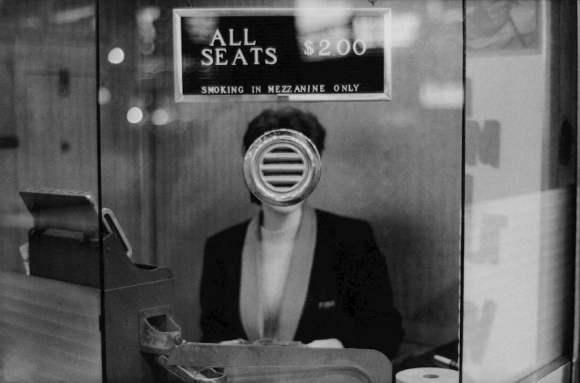 femme au guichet d'un cinéma