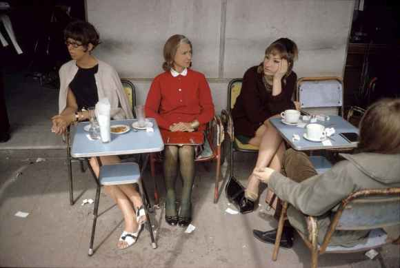 quatre femmes dans un café