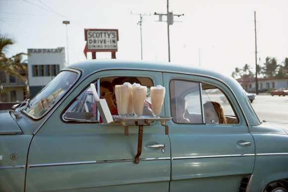 des glaces devant un drive-in américain
