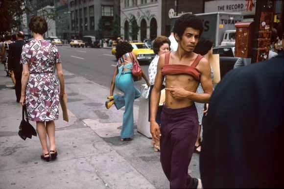 un homme presque torse nu dans la rue