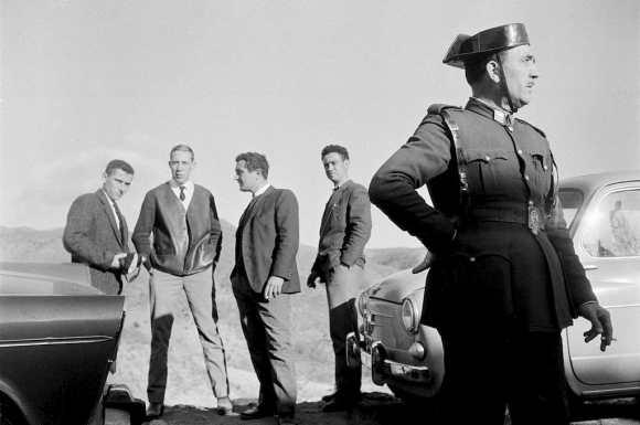 un soldat et quatre hommes