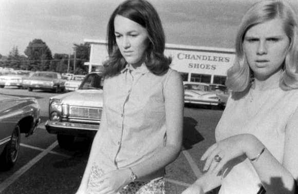 William Eggleston : deux femmes sur un parking de supermarché