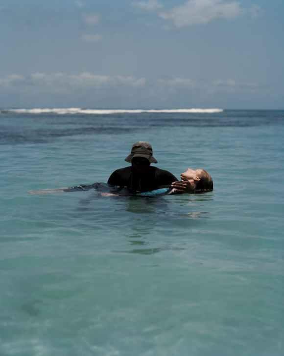 Un homme noir porte une femme blanche en Guadeloupe photographiée par Gregory Halpern