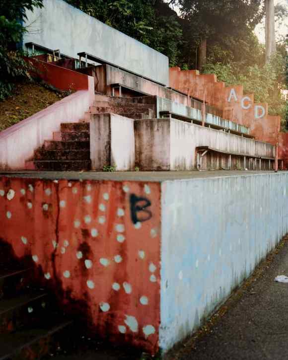 Les gradins de l'Amical Club Darboussier en Guadeloupe photographiés par Gregory Halpern