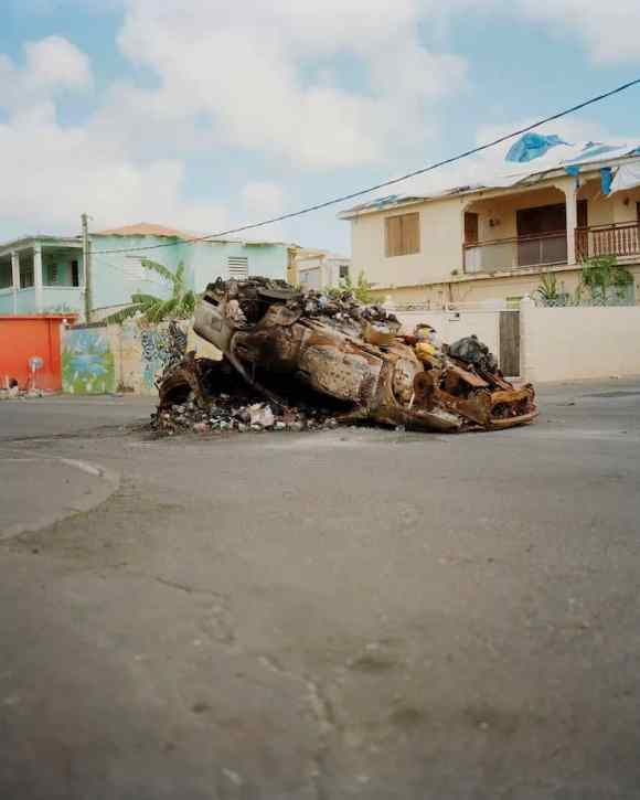 Une voiture incendiée en Guadeloupe photographiée par Gregory Halpern