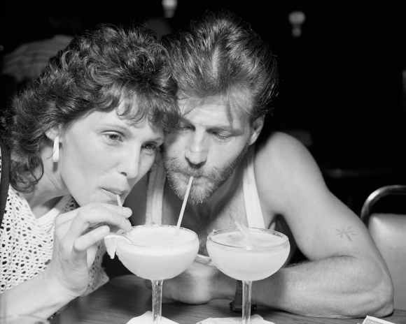 © Alec Soth : un couple partage le même verre