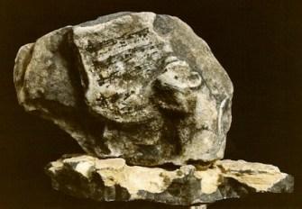 Marie-Antoinette Bassieux, pierre interprétée (une souris grignotant une partition), vers 1985 ; ph.inc.