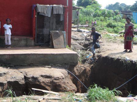 Si l'on n'y prend garde, cette maison comme plusieurs autres risquent de crouler sous le poids des eaux de ruissellement. Ph: lepointsur.com