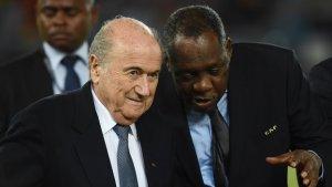 Issa Hayatou en compagnie de Sepp Blatter (photo d'archive)