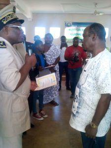 M. Koffi Teya recevant les attributs d'Ambassadeur de la paix du député Cévérin