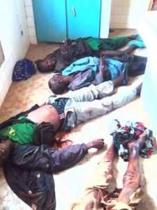 Des victimes gisant à même le sol.