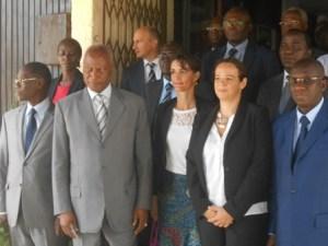 Louis-André Dacoury-Tabley, le ministre des Eaux forêts posant avec les délégations de la Wcf et de la Sodefor.
