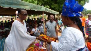 Des mains de Mme le Maire, plusieurs femmes de la commune ont reçu un ensemble pagne.