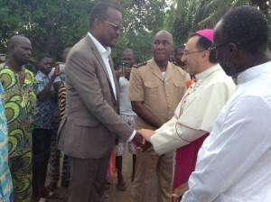 Le Nonce Apostolique, Monseigneur Joseph Spiteri salué ici par le député-maire, Alain Lobognon.Ph.Dr