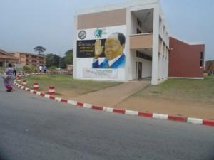 La façade du bâtiment estampillée de la photo du président, Félix Houphouët-Boigny