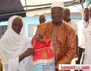 Remise de don symbolique à une musulmane, par le président de la Cado, le général Michel Gueu