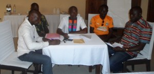 Le conférencier, Mohamed Junior Ouattara (au centre)