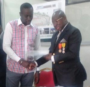 Kouassi Koffi Félix remettant le document complet des actes de cession au SG de la FORDPCI. Ph. EKB
