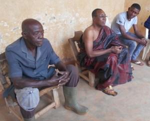 Prince Bini Kouassi ''Eléphant'', ici au premier plan, qualifie son voisin, Prince Kouamé Adjoumani de solution au problème de royauté dans le royaume Abron.