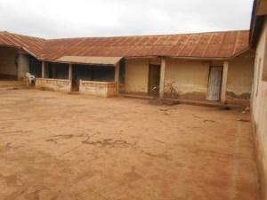 Alors que le royaume reste sans souverain unanime, voici ce qui reste de la cour royale de Nanan Koffi Yeboua à Hérébo. (Ph: Le Point Sur)