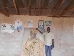 Votre reporter posant à côté du portrait de Nanan Koffi Yéboua, 16e roi des Abrons.