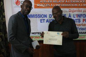 Le seul journaliste Sériba Koné ayant saisi une institution dans le cadre de laccès à linformation dintérêt public recevant son attestation de participation