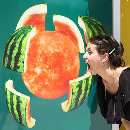 pastèque melon d'eau photo originale pastèque 3D femme qui mange
