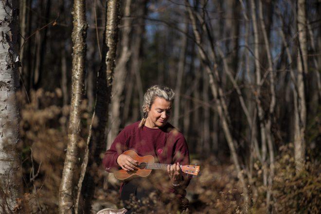 Marie Eve Godin du repaire yoga qui joue du ukulele