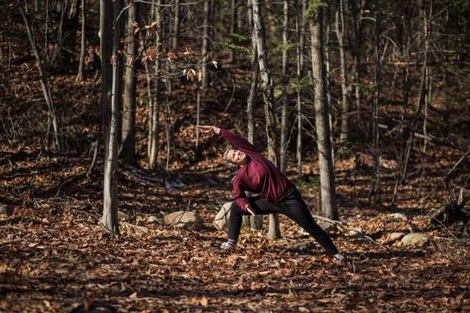 Marie Eve Godin qui fait du yoga dans la foret