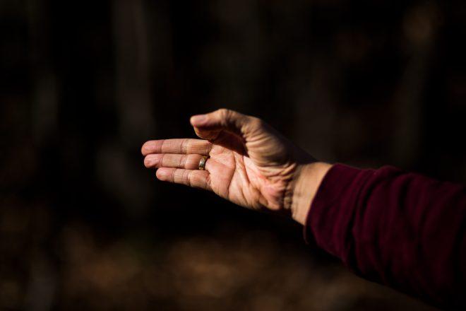 Image en couleur des mains de Marie-Eve Godin du repaire yoga