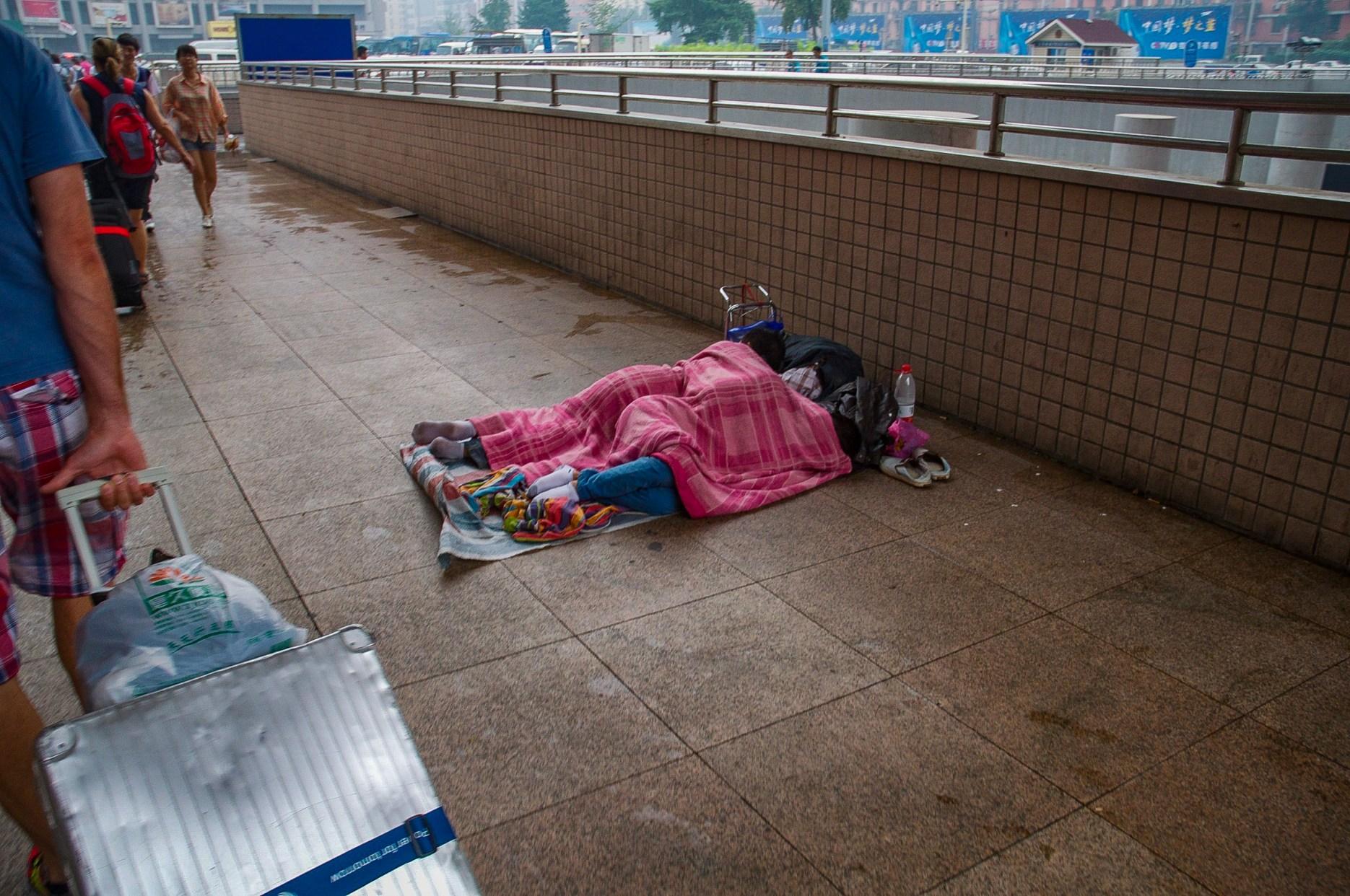 Warten auf den Zug, Pinyin Běijīng Zhàn (Hauptbahnhof) Peking (August 2013)