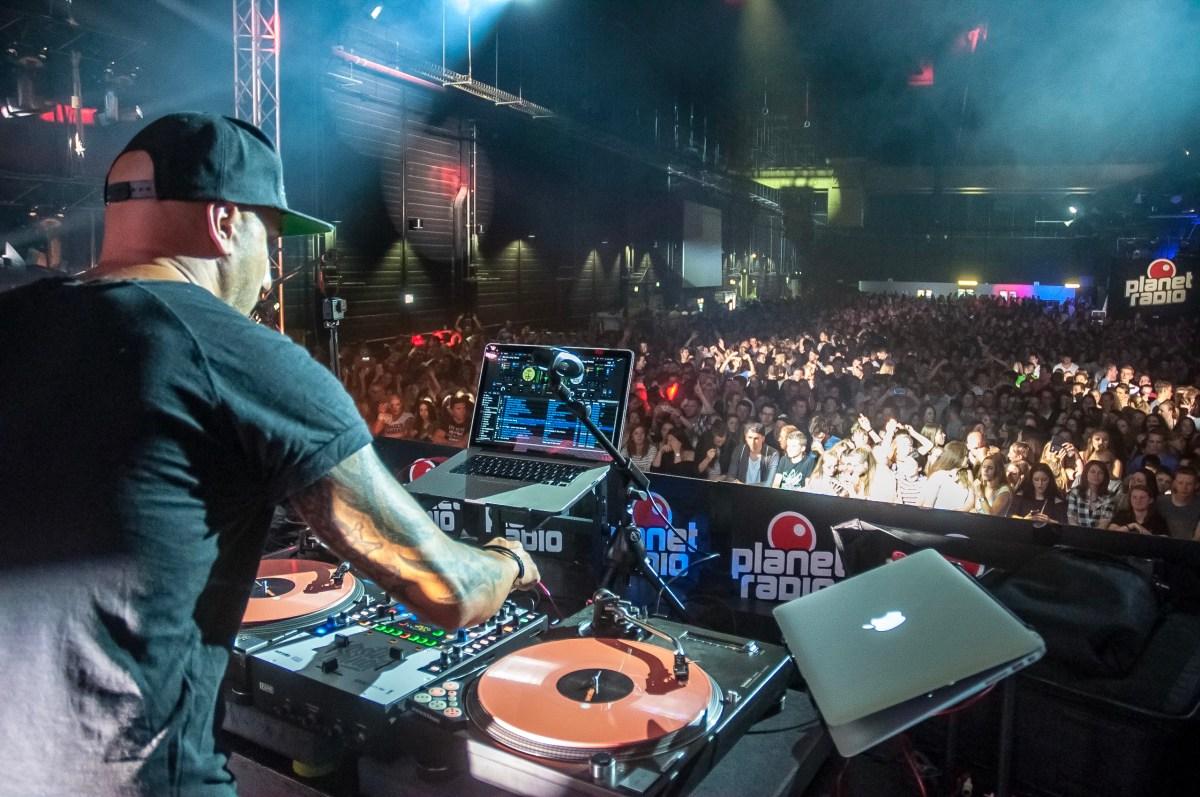 DJ rockt die Halle auf dem Hessentag in Rüsselsheim, Juni 2017
