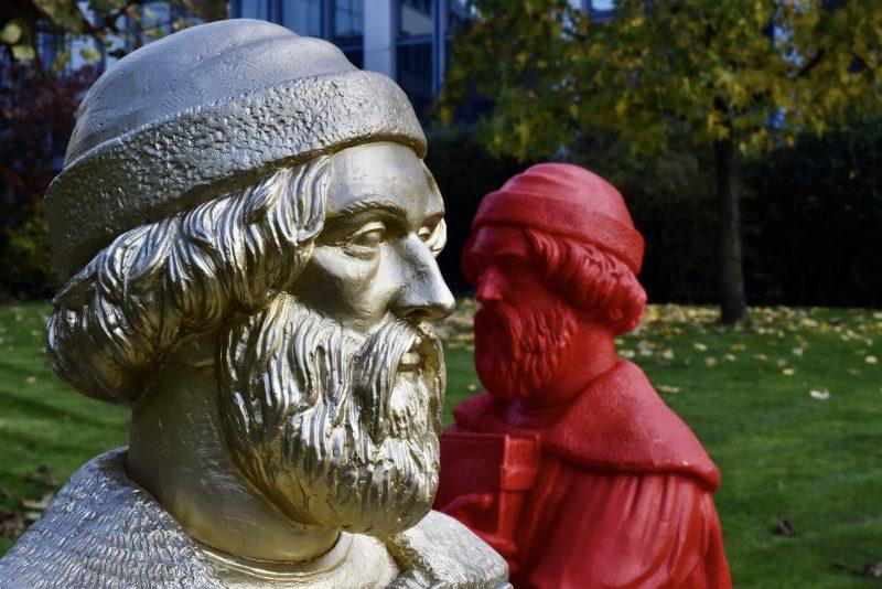 Statuen von Johannes Gutenberg auf dem Gelände der VRM in Mainz. (Foto: Andreas Lerg)
