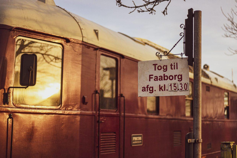 """Bei dieser dänischen Diesellok, Baujahr 1950, hat sich nur eine keine Modernität in das ansonsten historische Bild geschmuggelt. Der LKW-Spiegel, mit dem der Lokführer """"hinter sich schauen kann"""". Foto: Andreas Lerg"""
