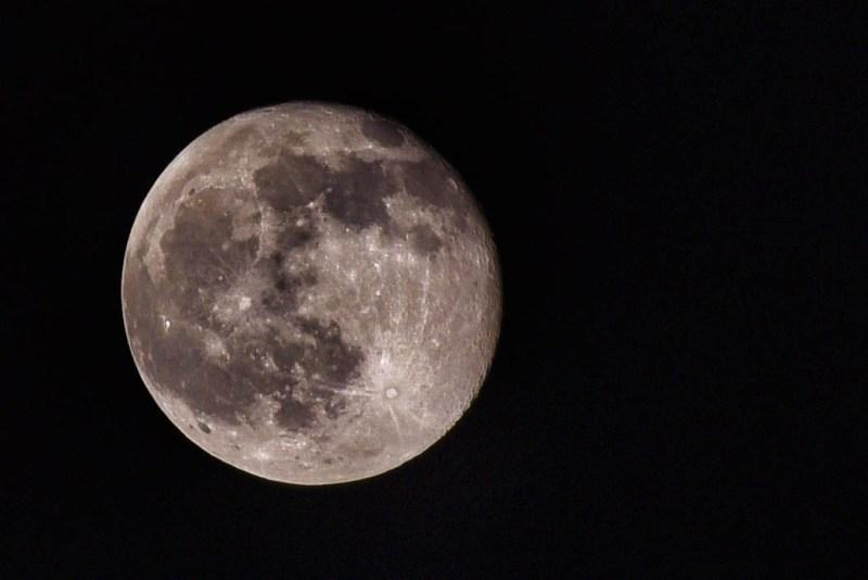 Mond über Oppenheim nachbearbeitet.