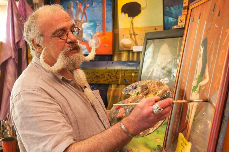 Der Niersteiner Maler Christian Seidel bei der Arbeit. (Foto: Andreas Lerg)