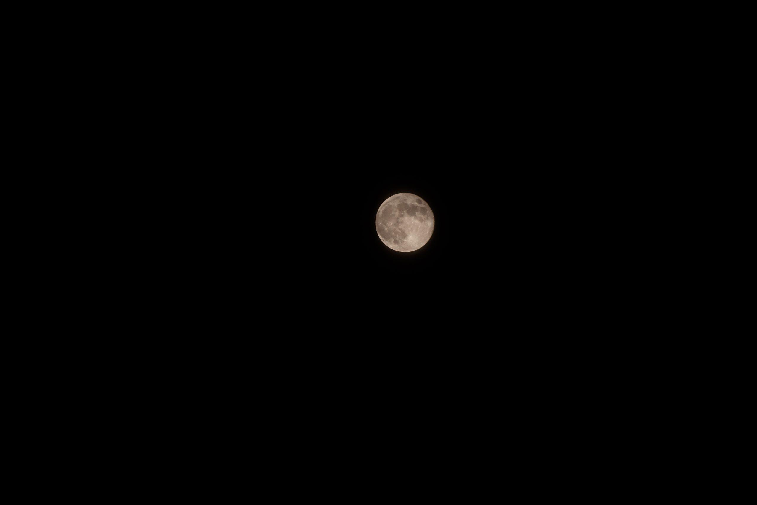 Auf den Mond fokussiert und belichtet.