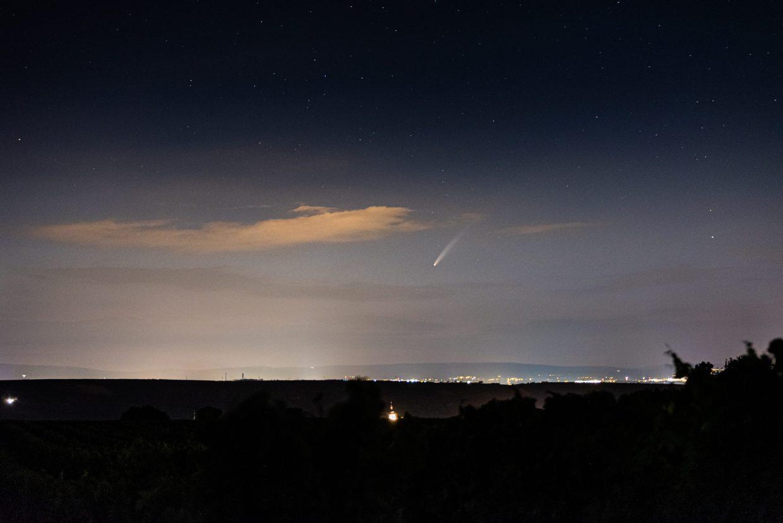 """C/2020 F3, auch """"Neowise"""" genannt, über dem Taunus mit Nierstein im Tal im Vordergrund. (Foto: Andreas Lerg)"""